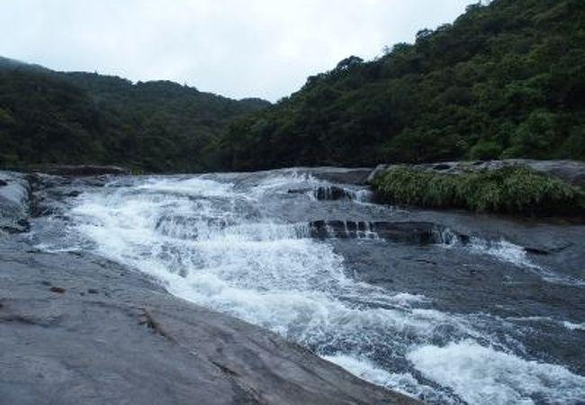 なだらかな斜面を流れ落ちる滝