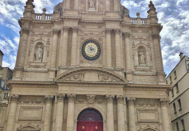 厳かな雰囲気に包まれた教会