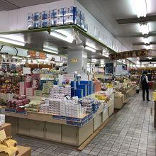 市場の2Fは、お土産売り場(トイレあり)