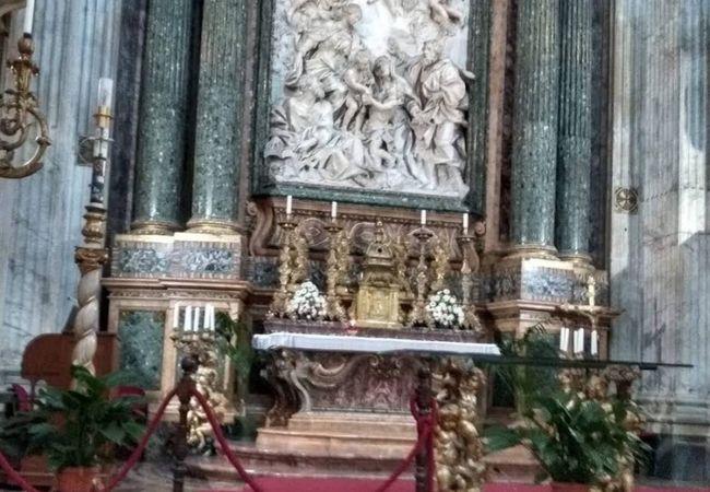 祭壇画てはなくて祭壇彫刻?