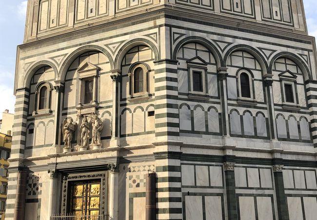 美しく重厚な扉が素敵な八角形の建物