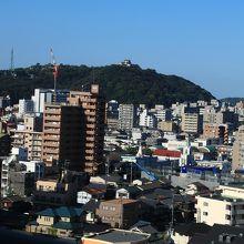 松山城が遠くに