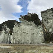 おどろおどろしい天然の岩山