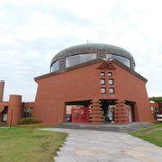 独特な形の建物が印象的。釧路市湿原展望台