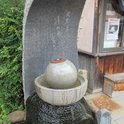鉢の水に入った目玉石を回して撮影する場所