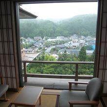 部屋からは真下に名取川と秋保の町並みが見える