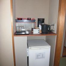 冷蔵庫と電気ポットも揃っています