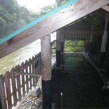 源泉かけ流しの露天風呂の横には名取川が流れている