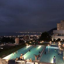 夜の温泉プール