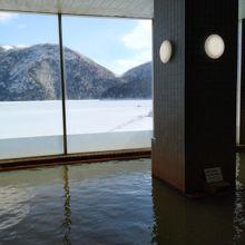 内湯からの氷結した然別湖
