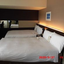 幅の広いベッド