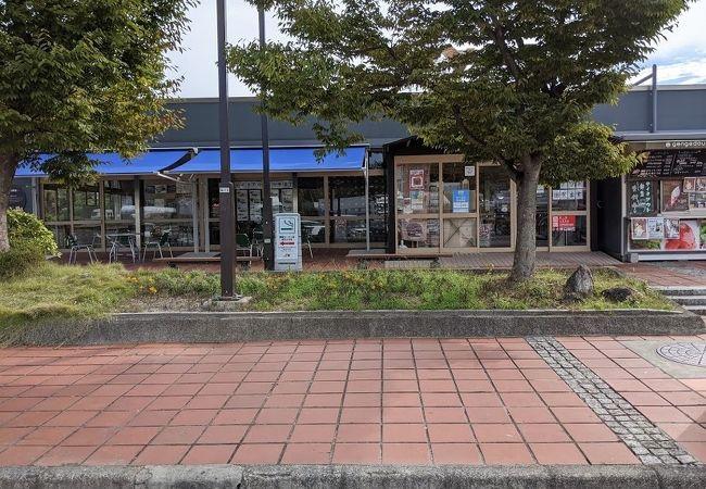 売店と食堂はありますが、狭いです