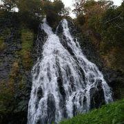 ふたつに別れている滝です