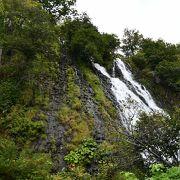 岩肌を縫う二筋の滝