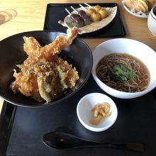 お食事メニューも豊富。大海老天丼とミニそばセット