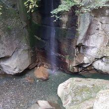ところどころにある涼やかな滝も風情よし。
