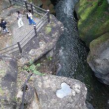 …ハート形の岩の窪みがあって、覗き橋ハートと呼ばれています。