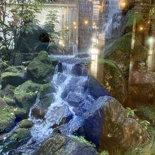 中庭の滝は作り物と分かってはいても迫力がありよかったです。