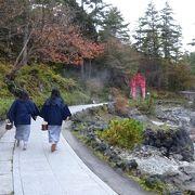歩道を歩くと、露天風呂に行く観光客をチラホラ見かけます。