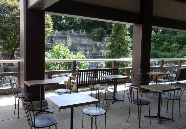 コロナ感染予防でカフェ営業は休業中だが、心が落ち着くオープンテラス。納骨堂工事も竣工間近