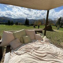 何故か お外に牧草ベッド