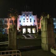 ライトアップされた県庁