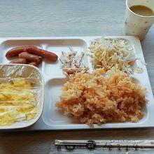 朝食バイキングを取り分けた物