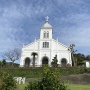ロマネスクの白い美しい教会・・・でも入れませんでした。