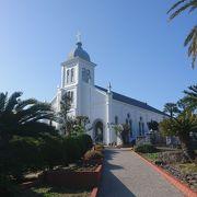 丘の上の白亜のロマネスク様式教会