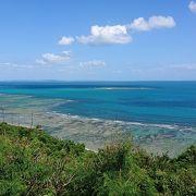 岬の先端で海を眺める