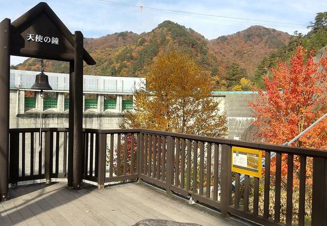 渡らっしゃい吊橋からダムの正面が眺められる