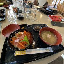 注文した漬けマスイクラ丼(1300円)の様子。
