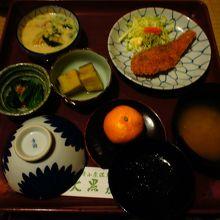 夕食。サクサクのゆず味鮭フライが美味しい。