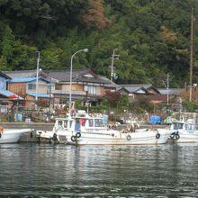 「沖島港」の漁船と町並。
