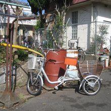路地には、三輪車