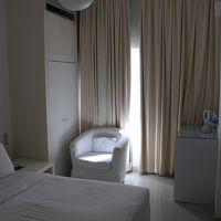 部屋は白一色で清潔な感じ。