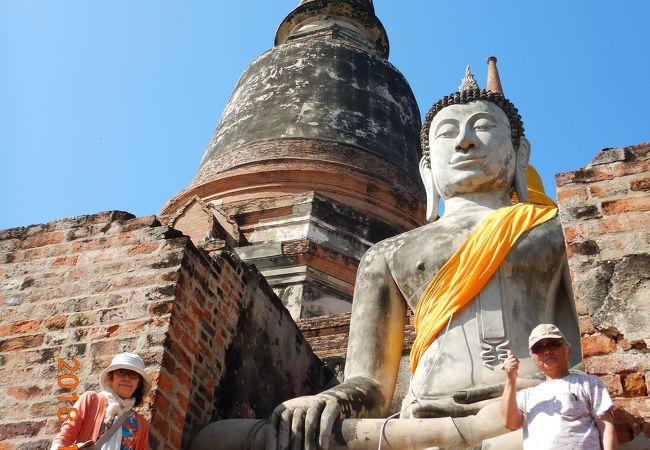 高い仏塔と真っ白な涅槃仏があるワット・ヤイチャイモンコンへ・・・