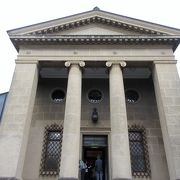 ギリシャ神殿風の本館や工芸館、分館でエル・グレコやピカソ、モネ、岸田劉生などの絵が見られます。