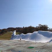 人工降雪機で雪の山を作っていました