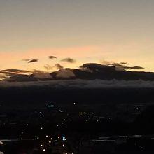 明け方、ホテルの部屋から朝焼けの十勝岳が見えました。