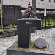 27体のブロンズ像