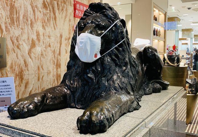 マスクを付けたライオン像