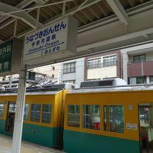 停車中の地鉄電車