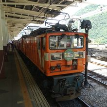 トロッコを牽引する機関車