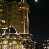 月夜に浮かび上がるホテル