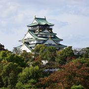 本丸中央に金色に輝く天守が聳える豪華な大阪城
