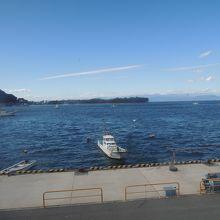 テーブル席からの眺め 真っ青な駿河湾