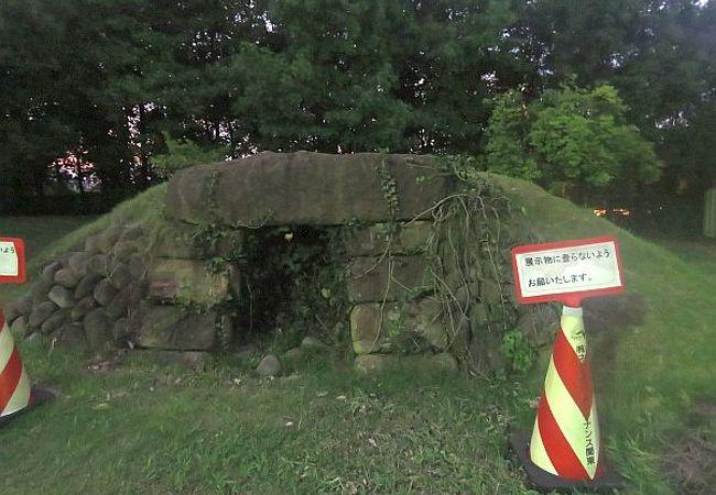古墳の復元展示あり