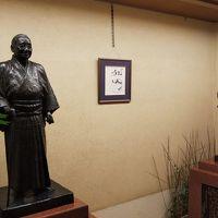 吉田茂の像がロビーにあります。