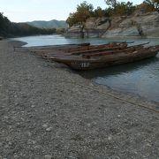 岩畳通りを荒川まで行くと岩畳があり、長瀞川くだりのチケット売場と船もあった。